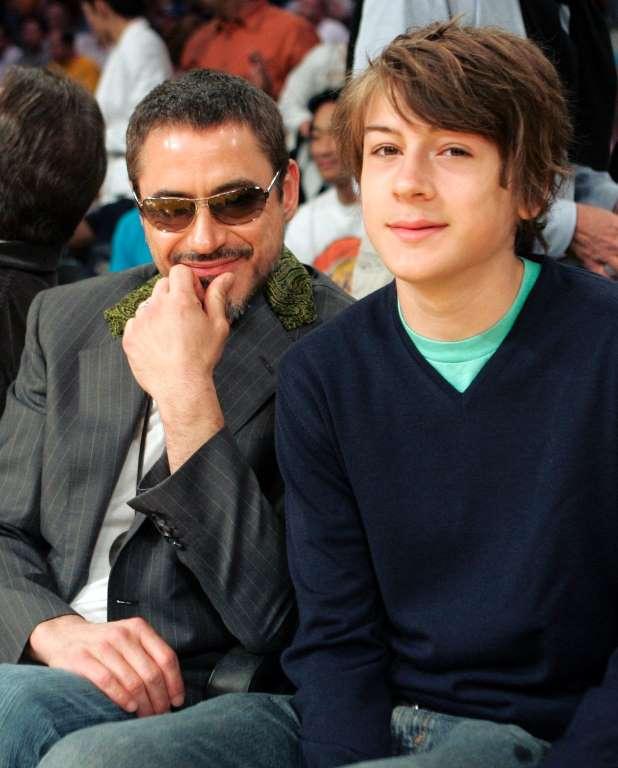 26. Роберт Дауни-младший с сыном Индио.