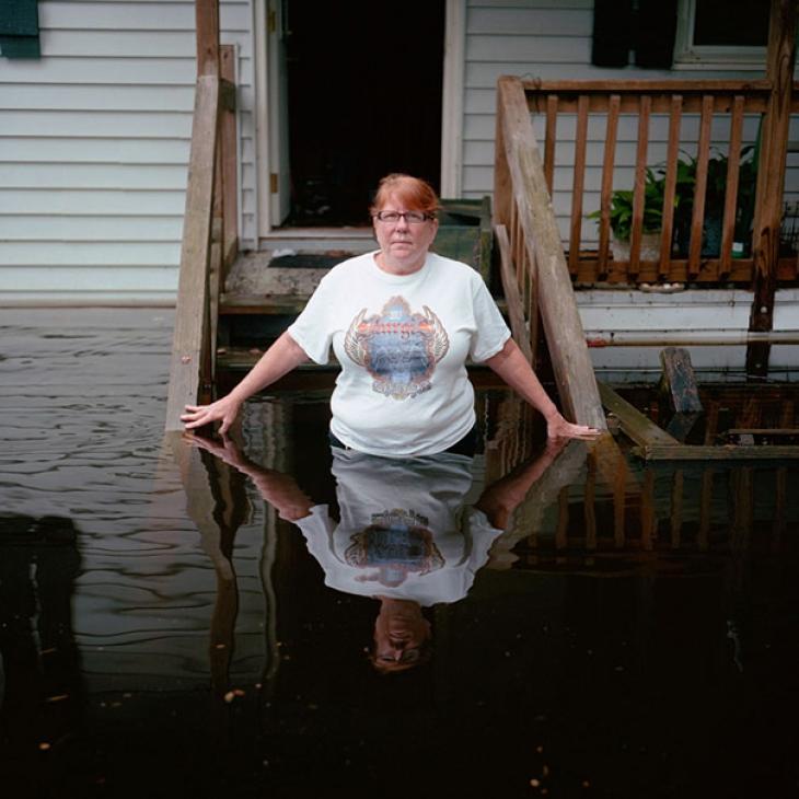 США, штат Южная Каролина, октябрь 2015. Кейт Несбитт на крыльце своего затопленного дома.