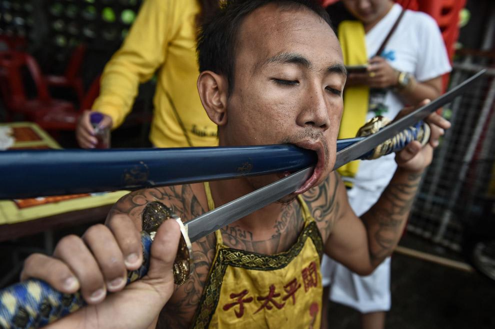 14. Вегетарианский фестиваль 2016 в Таиланде, Пхукет, 3 октября. (Фото Lillian Suwanrumpha):
