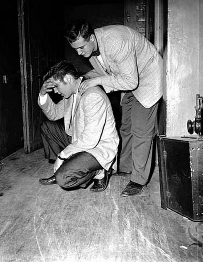 Элвис Пресли в перерыве между выступлениями.