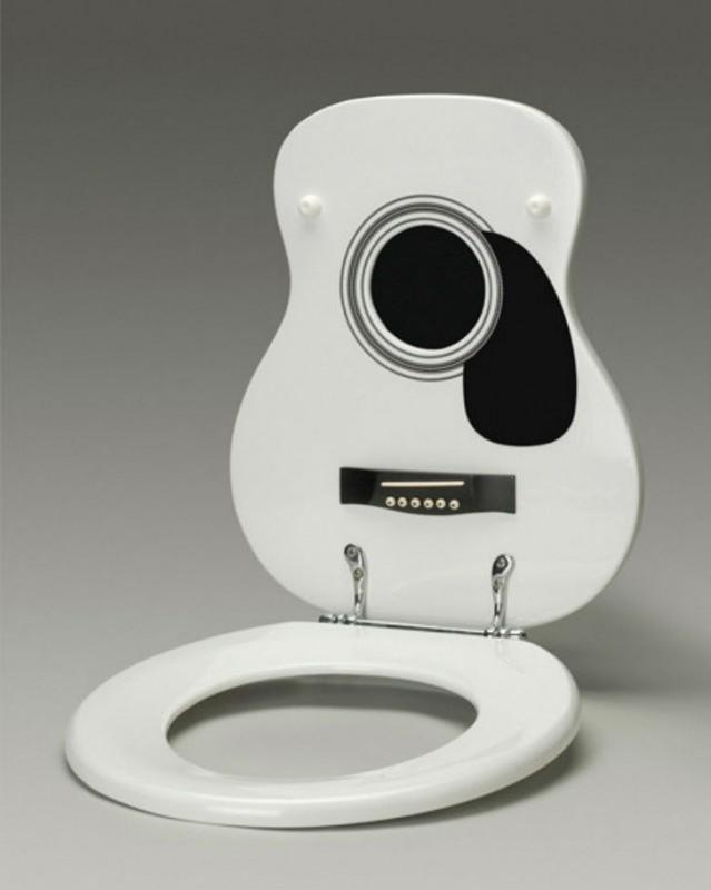 Туалетное сиденье в виде акустической гитары.