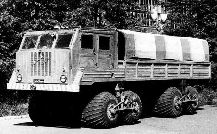 5-тонный грузовик НАМИ-094 с мощным дизельным двигателем ЯМЗ-238, 1963 год. ЗИЛ-132С После НАМИ, за