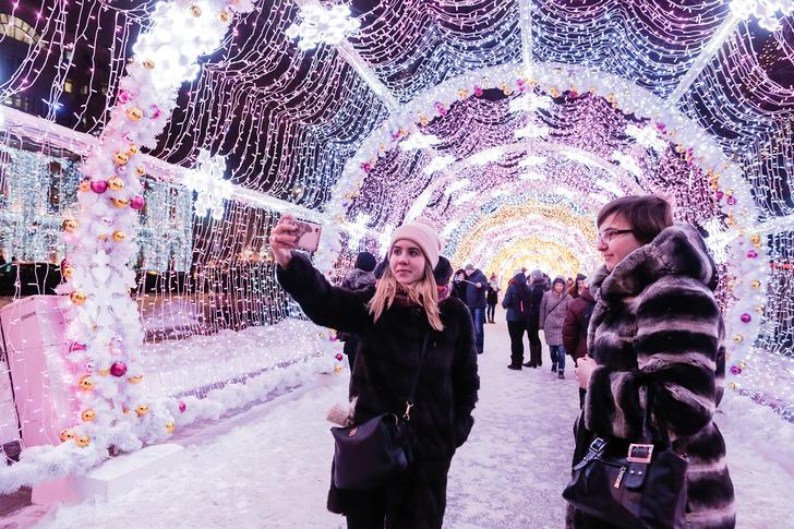 А на Тверском бульваре появилась фантастическая световая инсталляция — стометровый световой тоннель.
