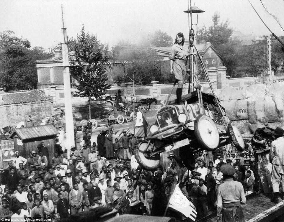 В путешествии по Африке Алоха поднимается на борт корабля, стоя на своей знаменитой машине.
