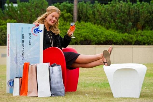 Британка, выигравшая в лотерею миллион фунтов стерлингов в 17 лет, хочет засудить организаторов (8 фото)