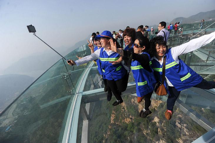 Стеклянная смотровая площадка на высоте 400 метров (10 фото)