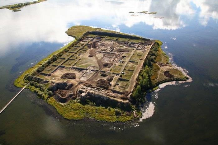 Пор-Бажын был построен тринадцать столетий назад. Его общая площадь – около 3,3 гектара. Добраться д