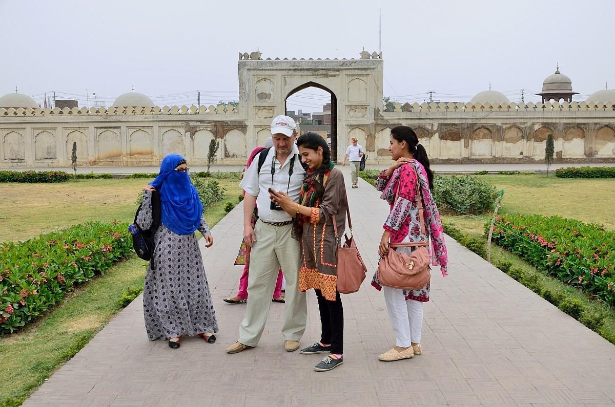 Как одеваются в Пакистане женщины? Ну, по-разному. Самые продвинутые городские женщины — вот так, да
