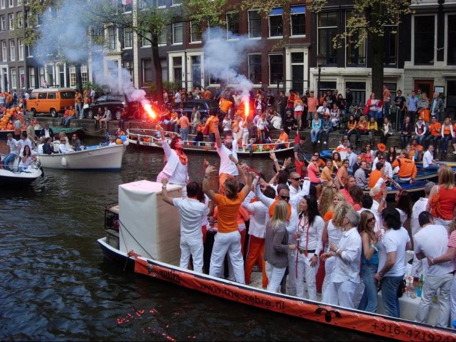 20. Во время Koninginnedag улицы Амстердама заполняются оранжевым цветом. Тысячи людей собираются вм