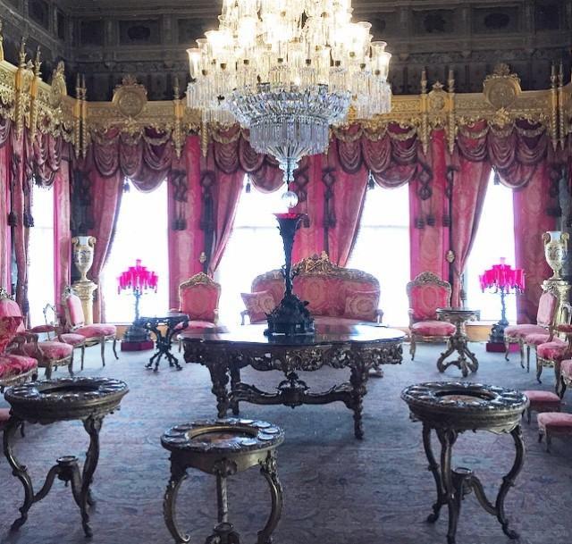 5. Долмабахче – дворец османских султанов в Стамбуле.