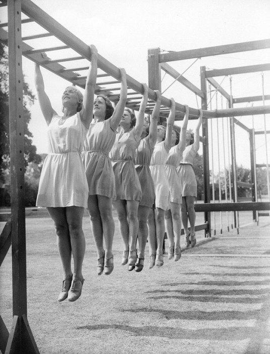 4. Девушки на разминке Физкультурницы на разминке 1930-е года.