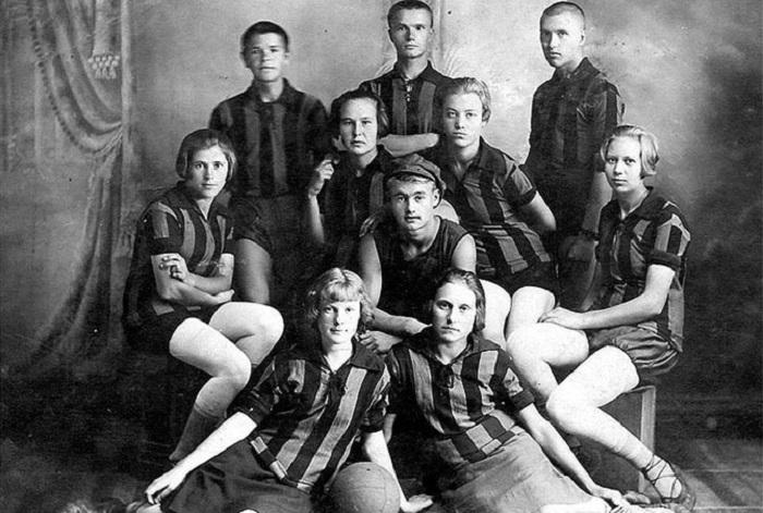 6. Баскетбольная и волейбольная команда Мужская и женская команды на фотосессии, г. Уржума, 1929 &#8