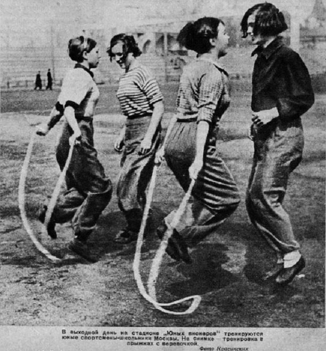 7. Тренировка на стадионе «Юных пионеров» Фото из журнала «Физкультура и спорт».