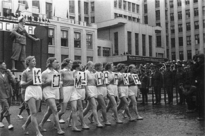 9. Парад спортивных красавиц «Коммунарка» на параде.