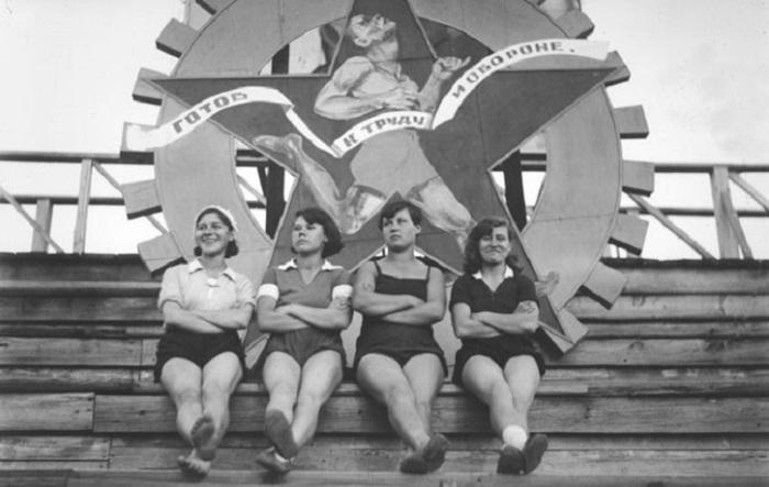 13. Советские физкультурницы после парада Физкультурницы после парада, вторая половина 1930-х годов.