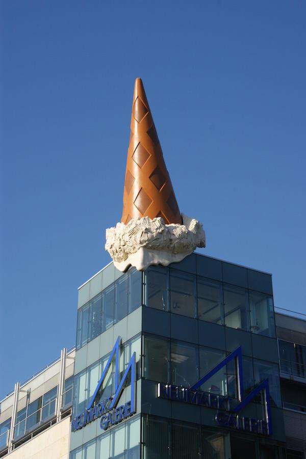 8. Вот таким необычным способом украшено одно из зданий во Флориде.