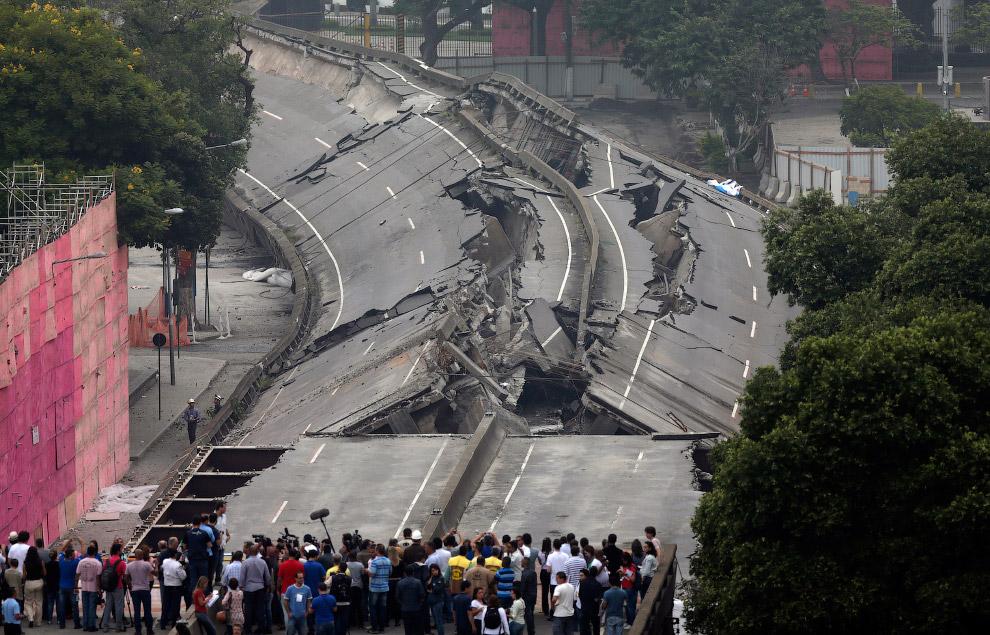 5. Общагу долой! Контролируемый взрыв в Арканзасе, 25 мая 2008. (Фото Tim Rand):
