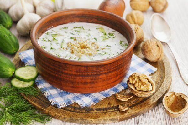ПОНАДОБИТСЯ: 2 зубчика чеснока 2 стак. натурального йогурта или кефира 2 ст. л. оливкового масла