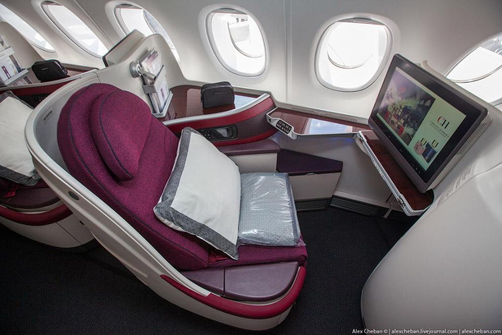 8. Самое лучшее, что есть на борту А380 — это бар. Ну приятно же прогуляться по салону и посиде