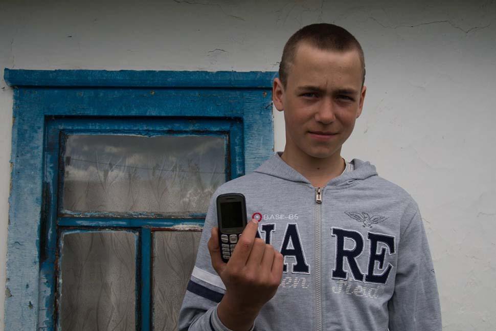 Украина, семейный доход — 476 долларов на взрослого в месяц. Любимая игрушка — мобильный телефон.