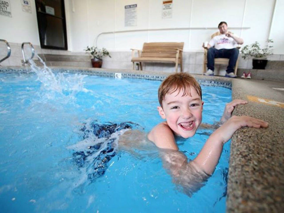 Фантазия — нарезать круги в бассейне Inn at Seaside, штат Орегон.