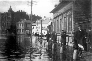 Наводнение в Рыбинске 1915 года. На площади у театра