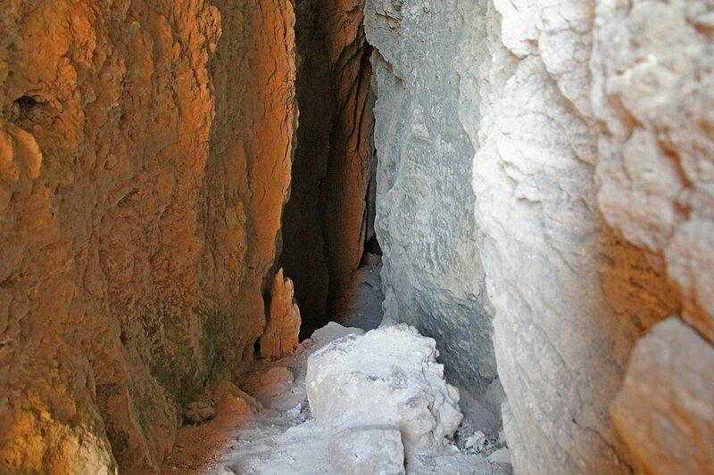 Пещера-расселина в скальной стенке на Фиоленте (Севастополь, Крым)