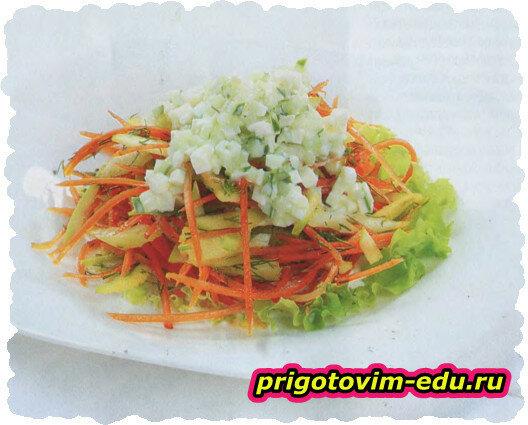 Овощной салат с яблоком и брынзой