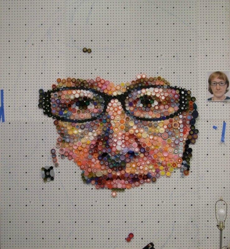 Мари Эллен Крото: Картины из бутылочных крышек