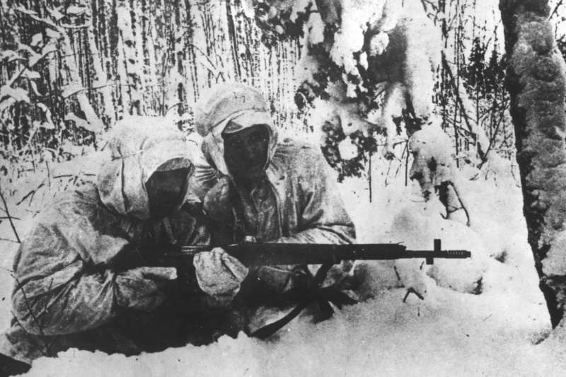 Пара советских снайперов в зимнем лесу.jpg