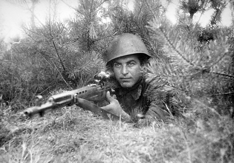 Сов. снайпер, вооруж. СВТ-40 с оптическим прицелом ПЕ.jpg