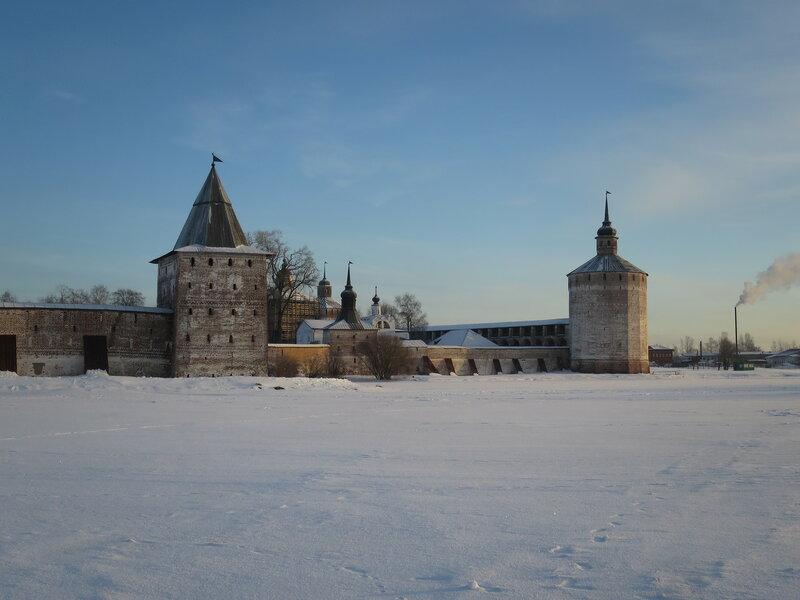 Кирилло-Белозерский монастырь. Ивановский монастырь со стороны озера
