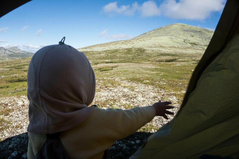 ребенок (1 год) в тундре Норвегии в палатке