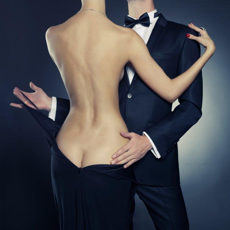 фото женщина раздевает мужчину