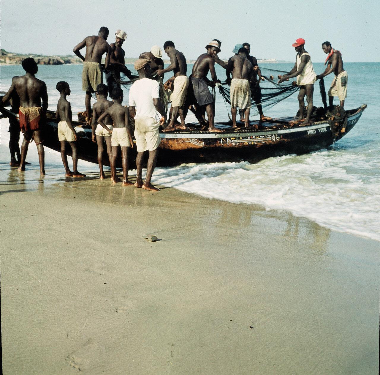 Прибойная шлюпка и рыбаки на берегу в Форт-Ашере, 2 апреля