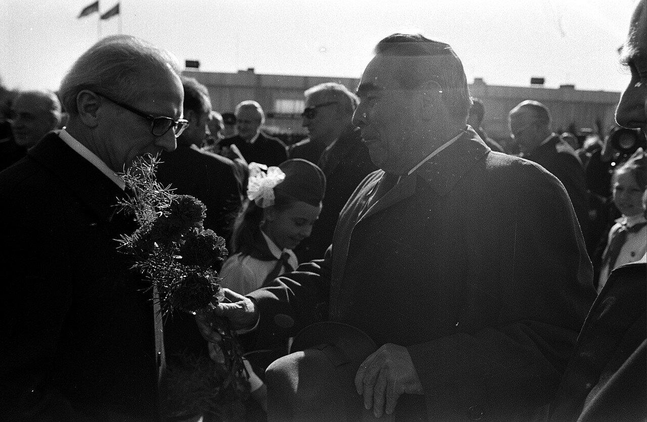 Брежнев встречает Хонеккера на летном поле