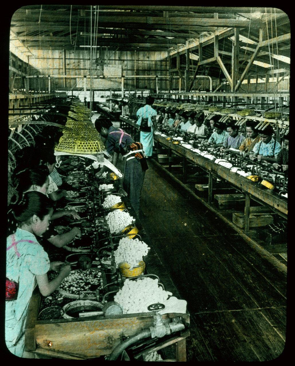 Большая фабрика по производству шелка