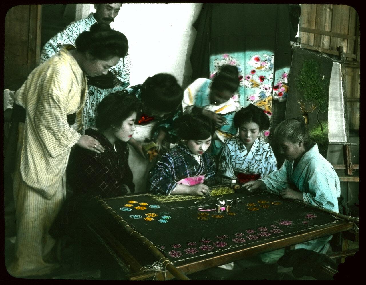 Девочки учатся вышивке