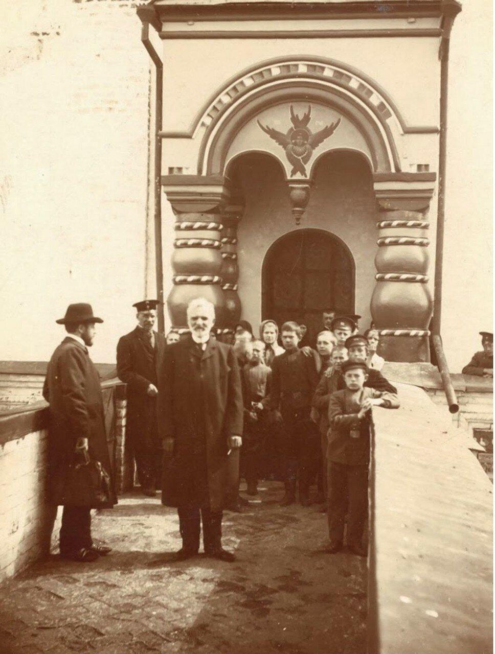 Экскурсанты 1-го Ярославского городского училища в Ростовском кремле. Май 1910