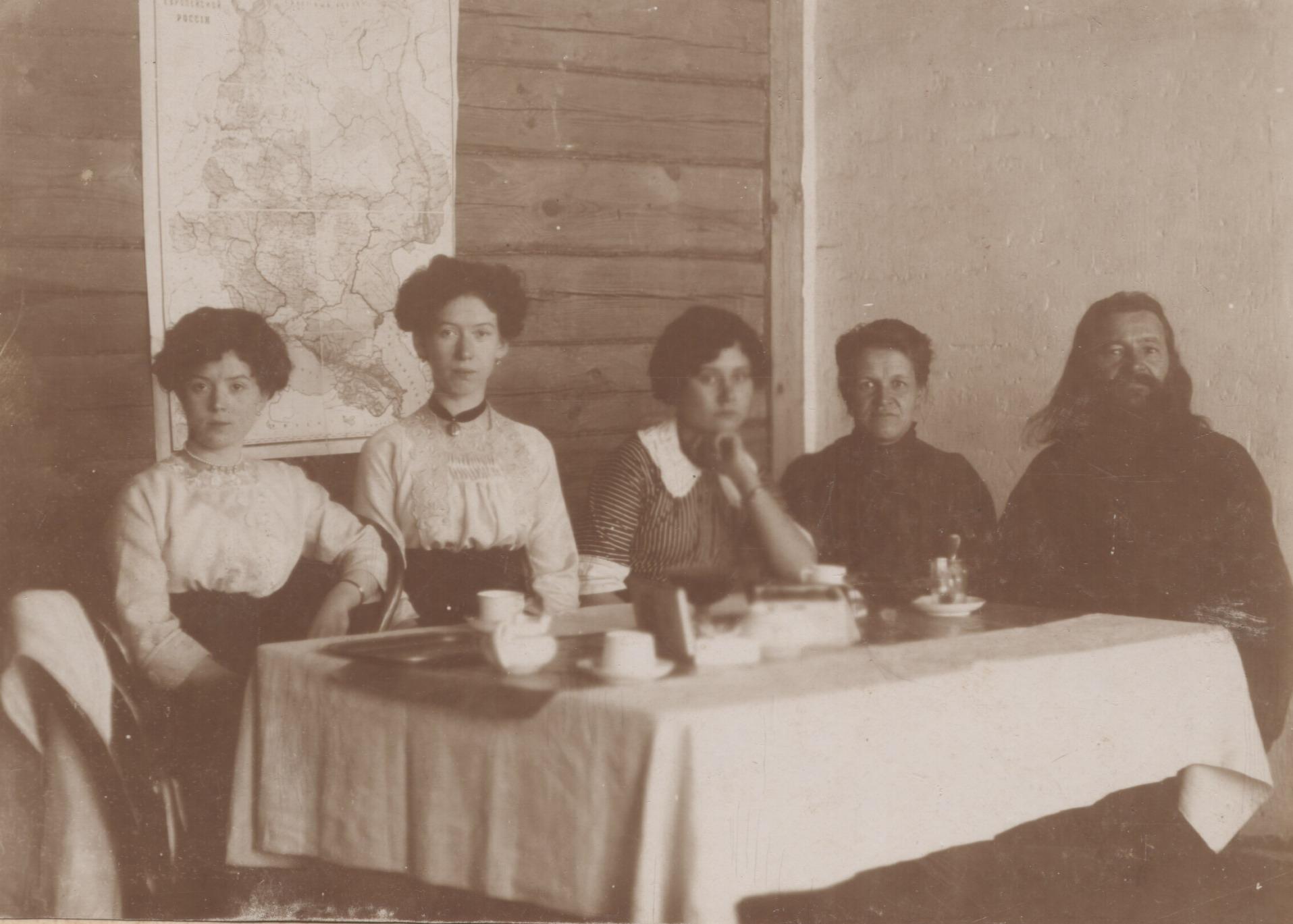 Учителя начальной школы по улице Садовой. 1910-е