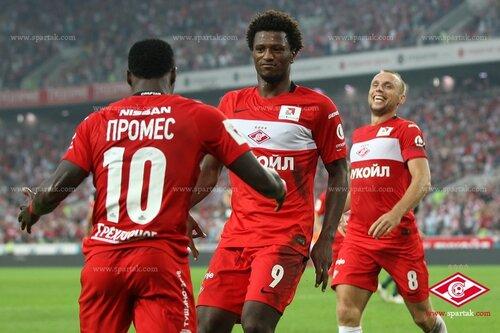 Промес, Зе Луиш и Глушаков празднуют гол в ворота Краснодара
