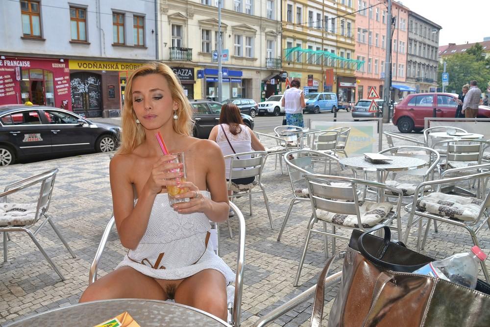 gulyaet-po-gorodu-bez-belya-video-porno-blondinok-ebut-v-popku