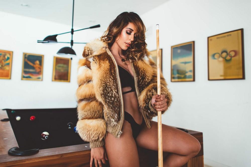 Тианна Грегори в белье и шубе