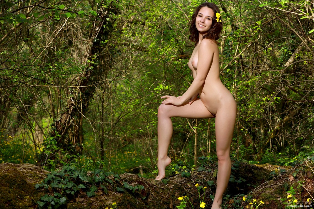 Alma разделась в лесу