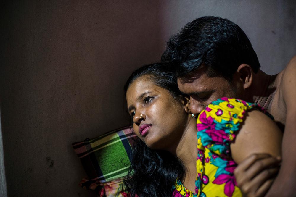 Мегле 23 года, на снимке она с клиентом. В 12 лет она начала работать на швейной фабрике. Там встрет