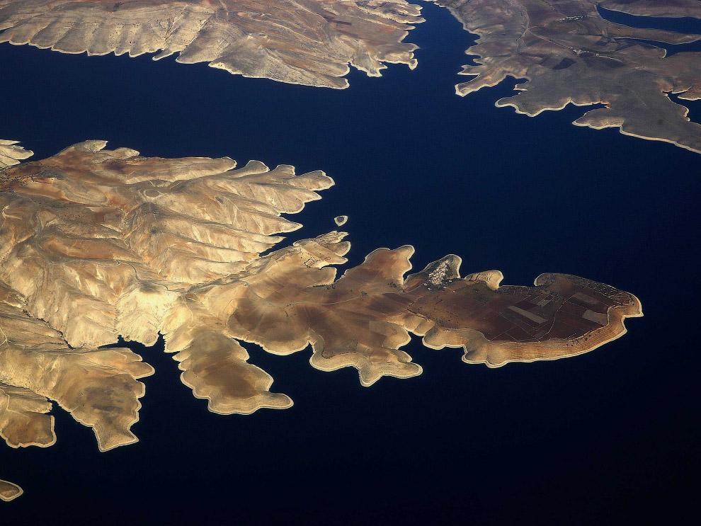 13. Национальный парк Эгмонт в Новой Зеландии и вулкан Таранаки. (Фото NASA):