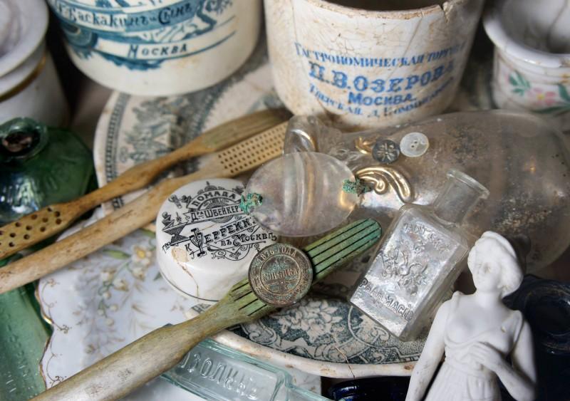 Мелкий антиквариат, обильно пересыпающий Орластые Фуфыри — их историческое приданое, заслуживает отд