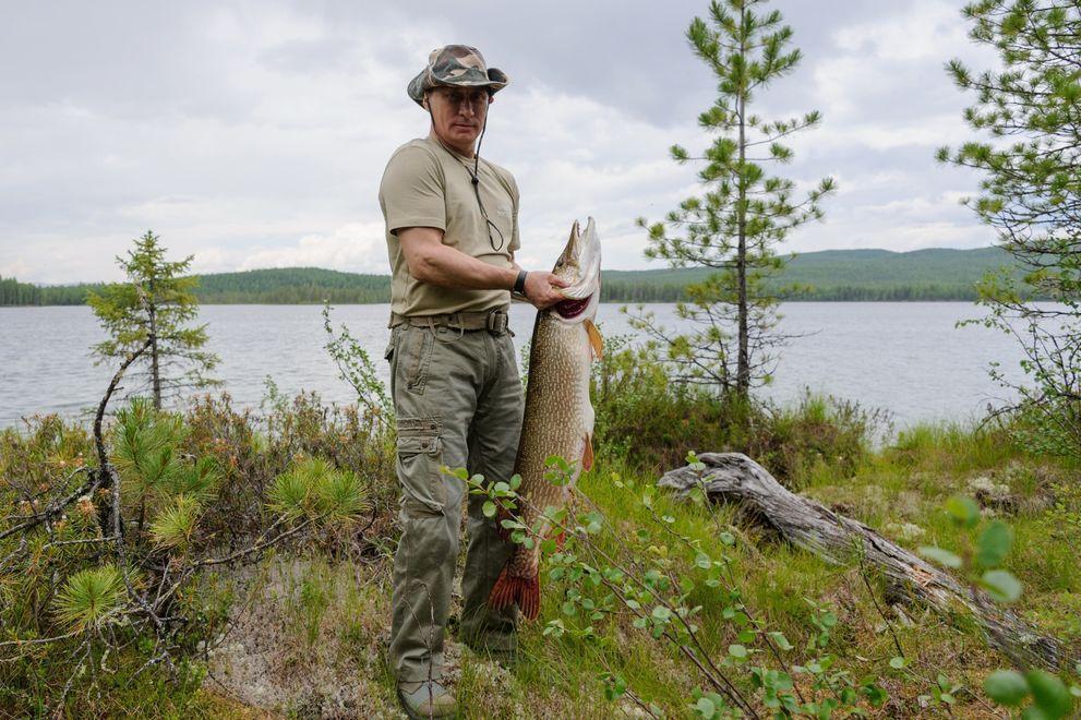 3. Путин и рыбка. Президент со своим знаменитым уловом на рыбалке в Туве, июль 2013 года.