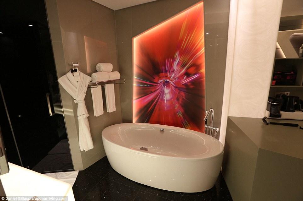 В Эмиратах Гилласпиа провел две ночи в W Hotel в Дубае, использовав 40 тысяч баллов по программе лоя