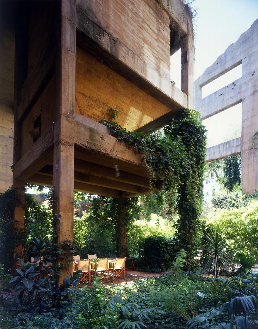 Снаружи здание заросло деревьями и сейчас красиво обрамляется зеленью.